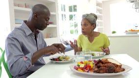 Dojrzały amerykanin afrykańskiego pochodzenia pary łasowania posiłek W Domu zdjęcie wideo
