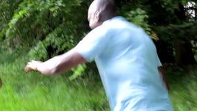 Dojrzały amerykanin afrykańskiego pochodzenia pary bieg Wzdłuż kraj ścieżki zbiory