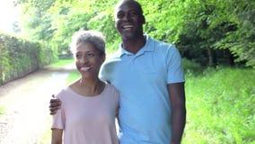 Dojrzały amerykanin afrykańskiego pochodzenia pary odprowadzenie W wsi zbiory