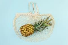 Dojrzały ananas nad bawełnianą siatki torbą, odgórny widok obraz stock
