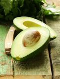 Dojrzały avocado ciący w połówce Zdjęcia Stock