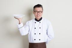 Dojrzały Azjatycki Chiński szef kuchni trzyma naczynie Obraz Stock