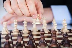 Dojrzały biznesmen bawić się szachy Zdjęcia Royalty Free
