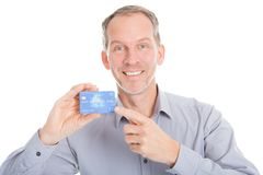 Dojrzały biznesmen Pokazuje Kredytową kartę fotografia royalty free