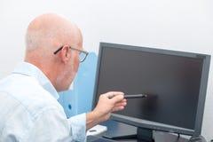 Dojrzały biznesmen pracuje z komputerem zdjęcie stock