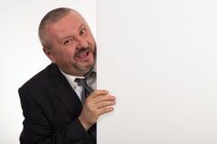 Dojrzały biznesmen trzyma panelu odizolowywającymi na białym tle białych gestykulować i Obrazy Stock