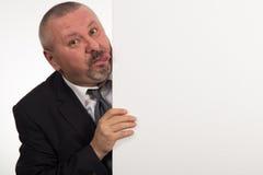 Dojrzały biznesmen trzyma panelu odizolowywającymi na białym tle białych gestykulować i Zdjęcia Stock