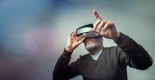 Dojrzały biznesowy mężczyzna jest ubranym rzeczywistości wirtualnej googles/VR szkła Zdjęcie Royalty Free