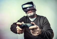 Dojrzały biznesowy mężczyzna jest ubranym rzeczywistości wirtualnej googles/VR szkła Obrazy Stock