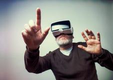 Dojrzały biznesowy mężczyzna jest ubranym rzeczywistości wirtualnej googles/VR szkła Obrazy Royalty Free