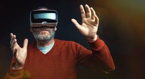 Dojrzały biznesowy mężczyzna jest ubranym rzeczywistości wirtualnej googles/VR szkła Zdjęcie Stock
