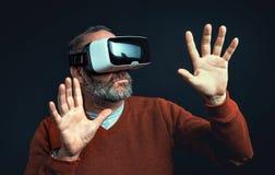 Dojrzały biznesowy mężczyzna jest ubranym rzeczywistości wirtualnej googles/VR szkła Zdjęcia Royalty Free
