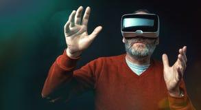 Dojrzały biznesowy mężczyzna jest ubranym rzeczywistości wirtualnej googles/VR szkła Fotografia Stock