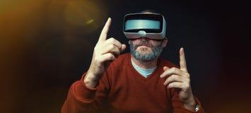 Dojrzały biznesowy mężczyzna jest ubranym rzeczywistości wirtualnej googles/VR szkła Zdjęcia Stock