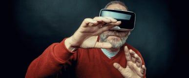 Dojrzały biznesowy mężczyzna jest ubranym rzeczywistości wirtualnej googles/VR szkła Obraz Royalty Free