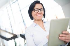 Dojrzały bizneswoman Trzyma Cyfrowej pastylkę W biurze obraz royalty free