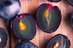 Dojrzały ciemny winogrona zakończenie up Obrazy Royalty Free