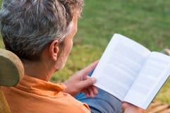 dojrzały człowiek czytanie książki fotografia royalty free