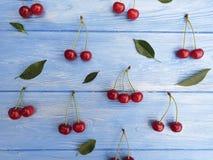Dojrzały czereśniowy jagodowy organicznie słodki zdrowy na błękitnym drewnianym tle, sezonowy wzór obrazy royalty free