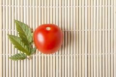 Dojrzały czerwony świeży pomidor na bambus macie Zdrowy żywienioniowy jarski jedzenie Odgórny widok z kopii przestrzenią obrazy stock
