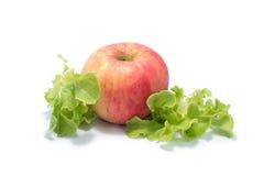 Dojrzały czerwony jabłko i Świeża sałaty sałatki liści wiązka zdjęcie royalty free