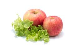Dojrzały czerwony jabłko i Świeża sałaty sałatki liści wiązka Zdjęcia Stock
