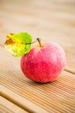 Dojrzały czerwony jabłko z liściem, zakończenie Zdjęcia Stock