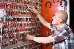 Dojrzały fachowy wiszący nowy klucz na stojaku zdjęcia royalty free