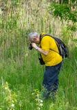 Dojrzały fotograf bierze fotografię Fotografia Royalty Free
