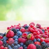 Dojrzały jagody na stole obraz stock