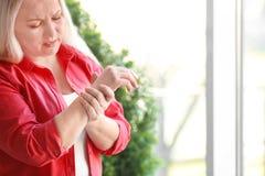 Dojrzały kobiety cierpienie od ręka bólu fotografia stock