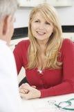 Dojrzały kobiety spotkanie Z lekarką W operaci fotografia stock