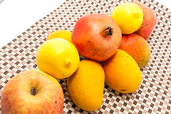 Dojrzały kolor żółty i czerwień barwiliśmy mangowe owoc na matowym tle Obrazy Stock