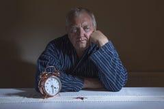 Dojrzały mężczyzna obudzony w nocy zdjęcia royalty free