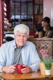 Dojrzały mężczyzna w kawa domu zdjęcia stock