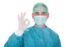 Dojrzały męski chirurg gestykuluje ok szyldowego Obrazy Royalty Free