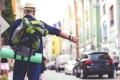 Dojrzały męski turysta dzwoni dla samochodu w mieście Zdjęcia Stock
