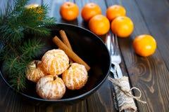 Dojrzały mandarine z liśćmi, tangerine mandarine pomarańcze w czarnym pucharze na drewnianym stołowym tle Cytrus owoc mandaryny w zdjęcie stock