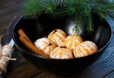 Dojrzały mandarine z liśćmi, tangerine mandarine pomarańcze w czarnym pucharze na drewnianym stołowym tle Cytrus owoc mandaryny w obrazy stock