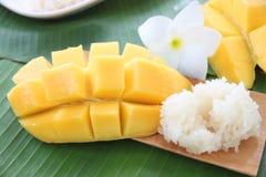 Dojrzały mango i kleiści ryż w bambusowym naczyniu. Obrazy Royalty Free