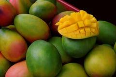 Dojrzały mango w Birmingham miasta rynku Świeży mango w rynku Fotografia Stock