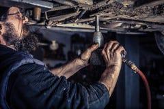 Dojrzały mechanik przy remontową stacją obsługi Obraz Royalty Free