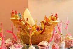 Dojrzały melon Pokrajać w postaci łodzi na bankieta stole przy wesela przyjęciem Pojęcie catering obrazy royalty free