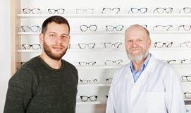 Dojrzały oftalmolog z pacjentem fotografia royalty free