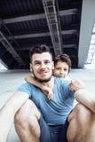 Dojrzały ojciec z jego synem pod bridżowym mieć zabawy wpólnie szczęśliwej rodziny, stylu życia pojęcia ludzie Fotografia Royalty Free