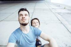Dojrzały ojciec z jego synem pod bridżowym mieć zabawy wpólnie szczęśliwej rodziny, stylu życia pojęcia ludzie Obraz Royalty Free