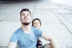 Dojrzały ojciec z jego synem pod bridżowym mieć zabawy wpólnie szczęśliwej rodziny, stylu życia pojęcia ludzie Zdjęcie Stock