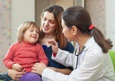 Dojrzały pediatra egzamininuje 2 roku dziecko obrazy royalty free