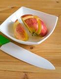 Dojrzały pokrojony organicznie jabłko Zdjęcie Stock