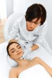 dojrzały ponad operacji plastycznej białą kobietą Kobieta dostaje kosmetycznego zastrzyka pozaziemski bea Fotografia Royalty Free